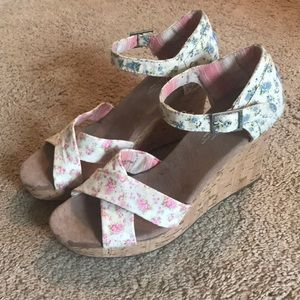 Tom's floral wedge with strap
